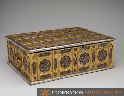 caja antigua de bronce y plata
