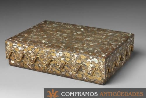 caja antigua dorada
