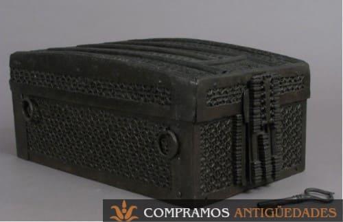 Cofre de hierro, caja antigua medieval