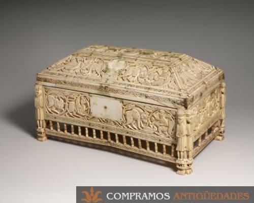 Cofre antiguo tallado en marfil