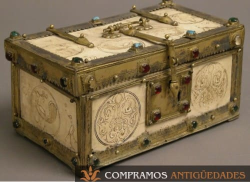 baúl de marfil antiguo