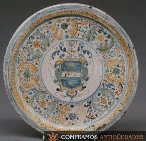 Plato antiguo ceramica escudo