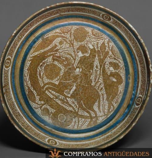 Plato antiguo ceramica personaje escudo