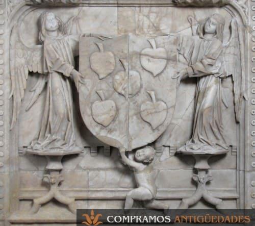 Relieve marmol antiguo angeles escudo