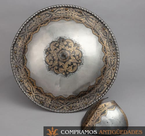 Rodela antigua acero grabado dorado